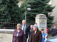 02 - A szentmise után az alapiskola előtti kopjafánál emlékeztek.JPG