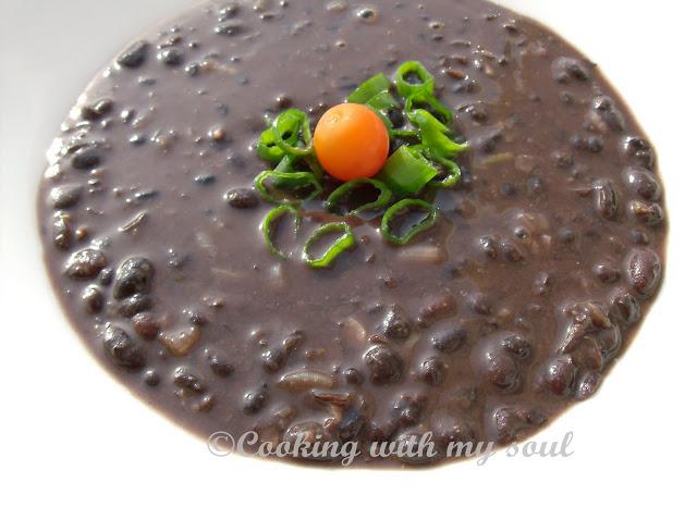 Supa mexicana de fasole neagra 5 supe vegetariene