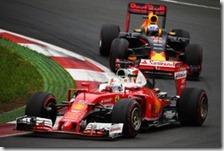 Sebastian Vettel precede una Red Bull nel gran premio d'Austria 2016