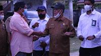 Sekda Bireuen Ibrahim Ahmad Serahkan Hewan qurban Untuk Desa Blang Dalam