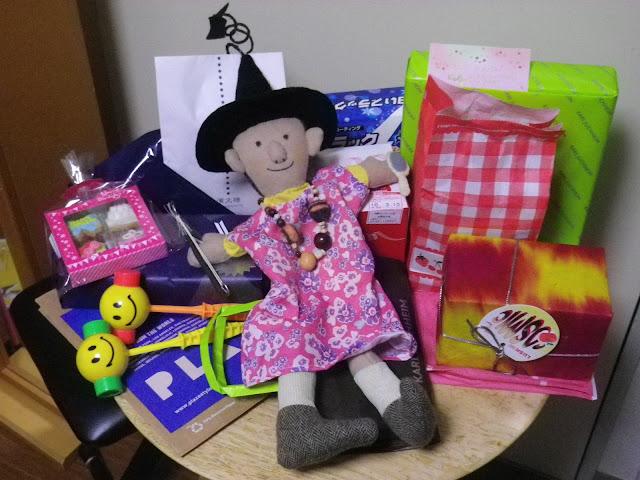 ハッピーひんでんさん人形 と プレゼントの山。