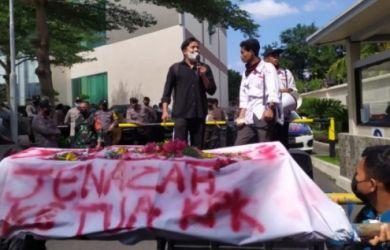 Mahasiswa Sambut Firli Bahuri dengan Keranda 'Jenazah Ketua KPK'