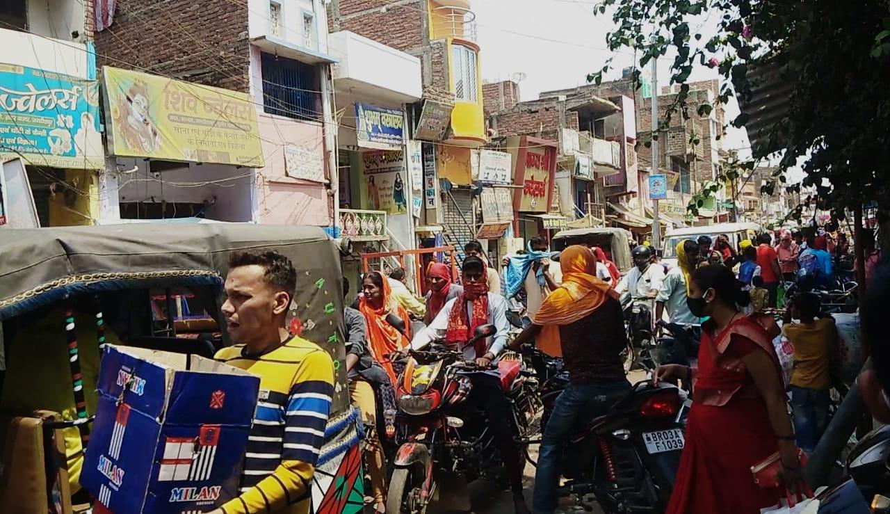 जगदीशपुर में लॉकडाउन हुआ विफल, धड़ल्ले से सड़कों पर निकल रहे हैं लोग, देखिए तस्वीर
