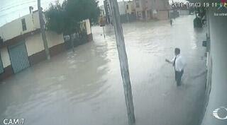 Kesetrum Tiang Listrik Di Kala Banjir
