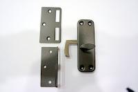 裝潢五金 品名:ART-合室半邊鉤鎖-2 材質:白鐵 顏色:鐵黑色 功用:用於橫拉門式的門閂 玖品五金
