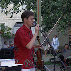 Anders Frostin presenting the next jazz violin tune. Summer day at Kulturen, Lund, Sweden.