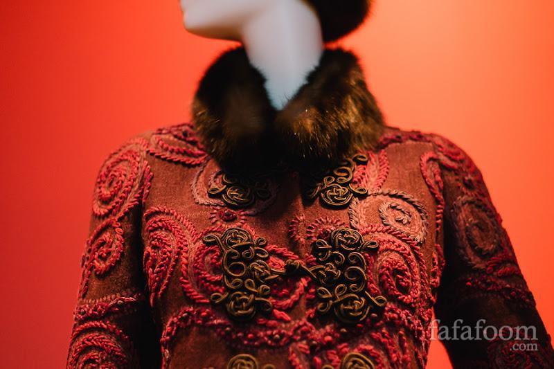 Details of Oscar de la Renta for Pierre Balmain, Coat, Autumn/Winter 2002 - 2003.