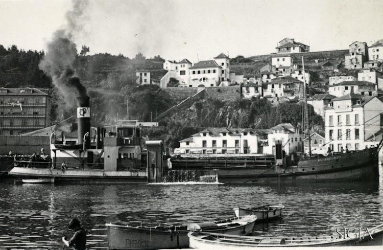La draga ALVARGONZALEZ en Luarca en julio de 1955.tif