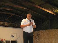 Takács Mihály polgármester az utcabálra invitálja a résztvevőket.jpg