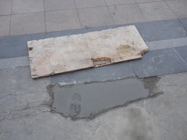 small footprint in wet cement