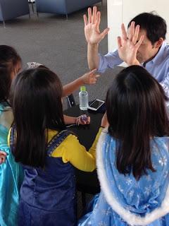 子供の誕生日会でクロースアップ・マジック / マジシャンえいち