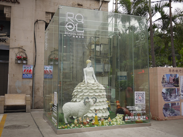 promotional display for the Shunmei Ceramic Cultural Center at the Zhongshan Road Pedestrian Street in Xiamen