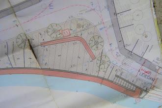 Photo: Plan Leiedam: pleintje met bank. De uitvoering gebeurt in blauwsteen.