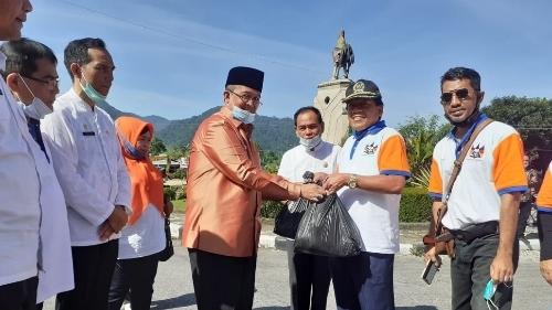 Foto Bupati Gusmar Menyerahkan Bantuan. S3 Sumbar Serahkan Bantuan Sembako untuk Korban Banjir.