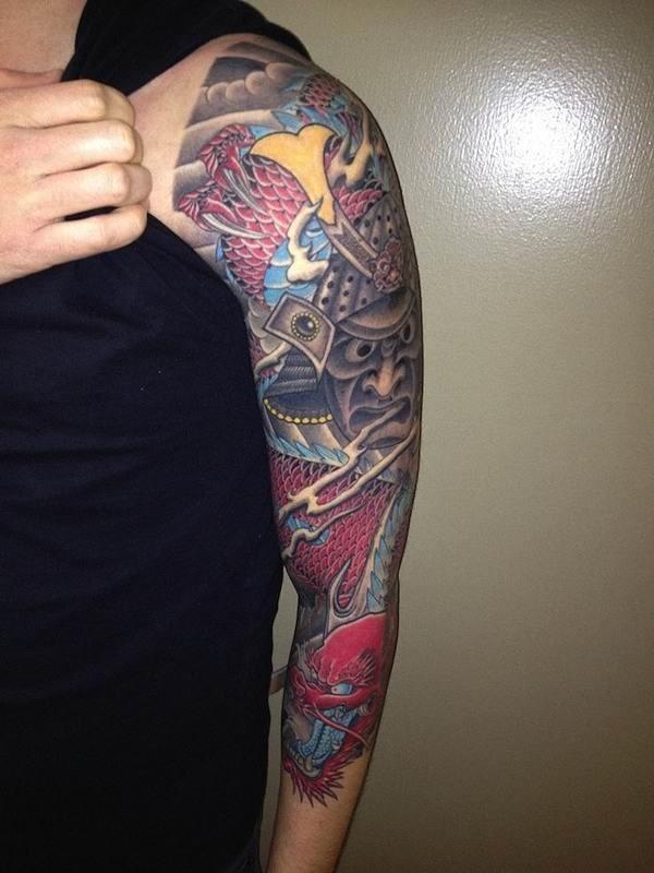 confira_esta_com_raiva-olhando_a_tatuagem_manga