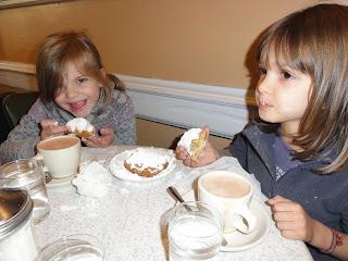 HUM..! On goûte aux délicieux beignets de la Nouvelle Orléans!