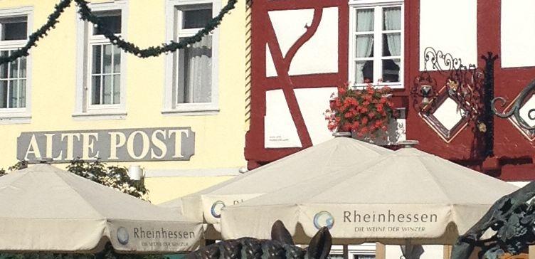 Rheinhessen-Sonnenschirm vor der Alten Post in Alzey