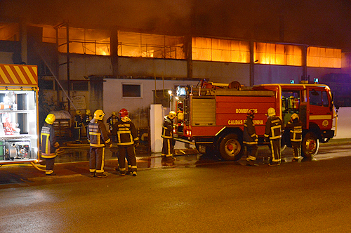 Os bombeiros depararam-se com o pavilhão em chamas