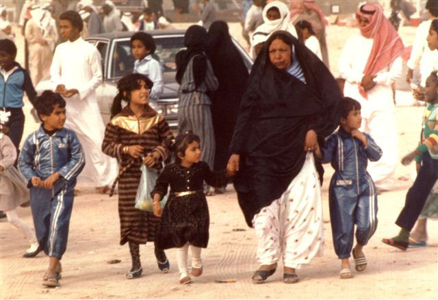 Bahrain - Woman with four kids   (photoi-stefanakis.info)
