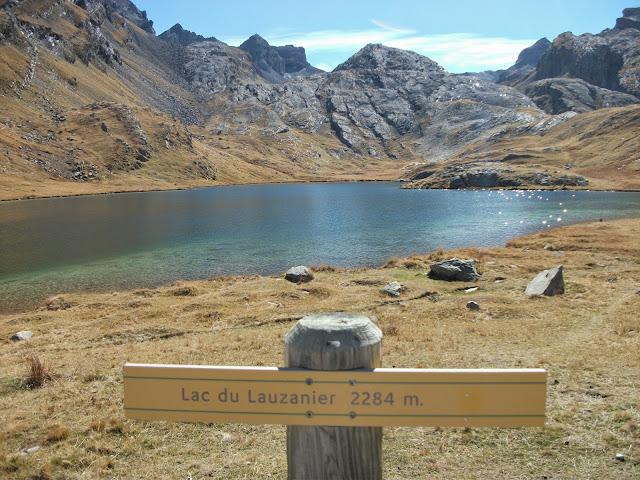 Lac du Lauzanier (2284 m) avec panneau, le 17 octobre 2014.