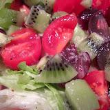 Sałatka z pomidorkami, kiwi i winogronami