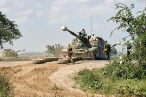 Ruski tenkovi prelaze cestu