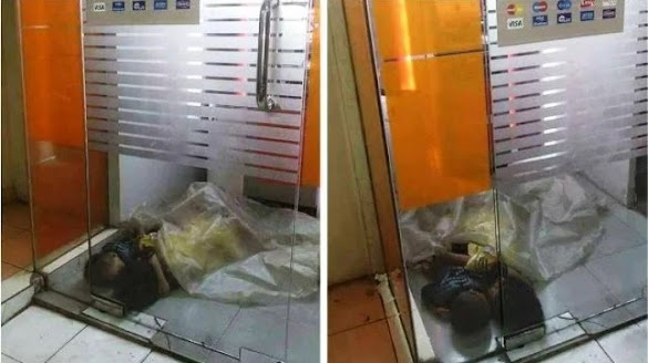 Saling Memeluk, Tanpa Alas Berselimut Plastik, Dua Anak Yatim Piatu Tidur di Bilik ATM