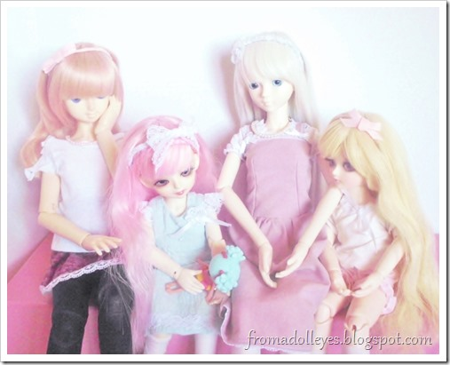 All the other bjds are watching the pink haired yosd enjoy her new toy.
