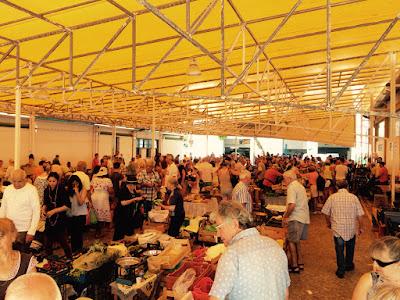 Et marked med mange mennesker i en stor hall.