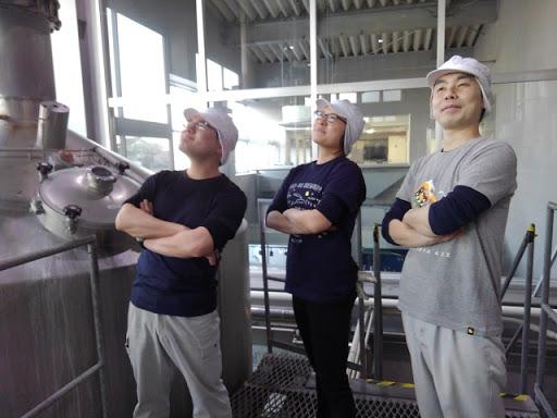 醸造所でスッと腕を組む3人