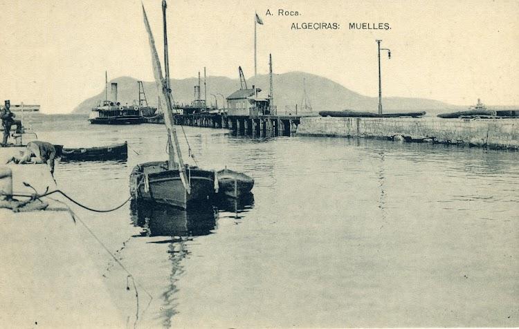 Ca 1910. El muelle de madera ya con una parte de el de mamposteria. Este muelle era recorrido por una linea de ferrocarril, unica al principio, desdoblada posteriormente.JPG