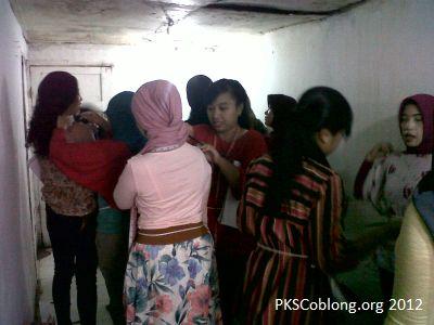 ibu-ibu peserta sekolah ibu sedang praktik mengukur pola baju