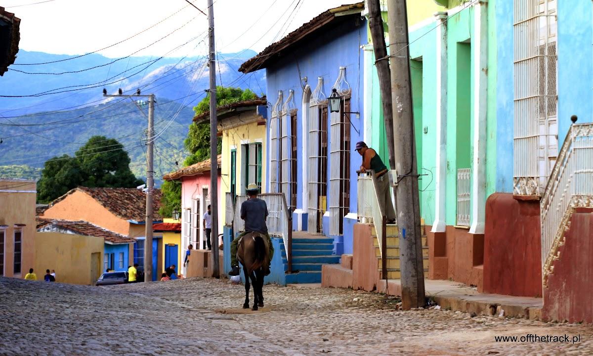 Jeździec na koniu na ulicy w miasteczku Trinidad na Kubie