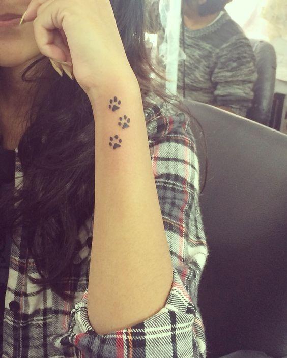 braço_pegadas_de_tatuagem