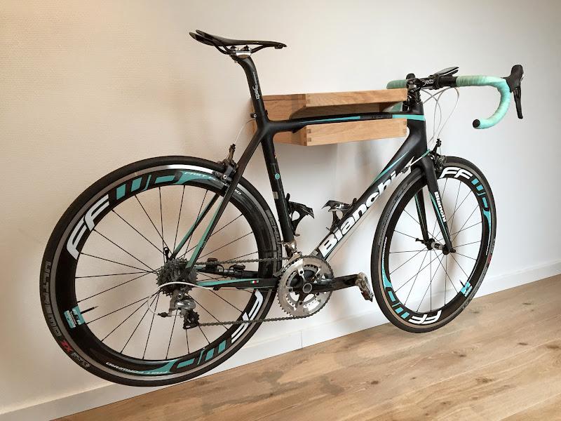 fiets aan de muur