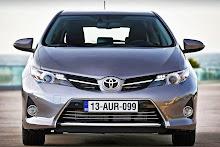 2013-Toyota-Auris-17