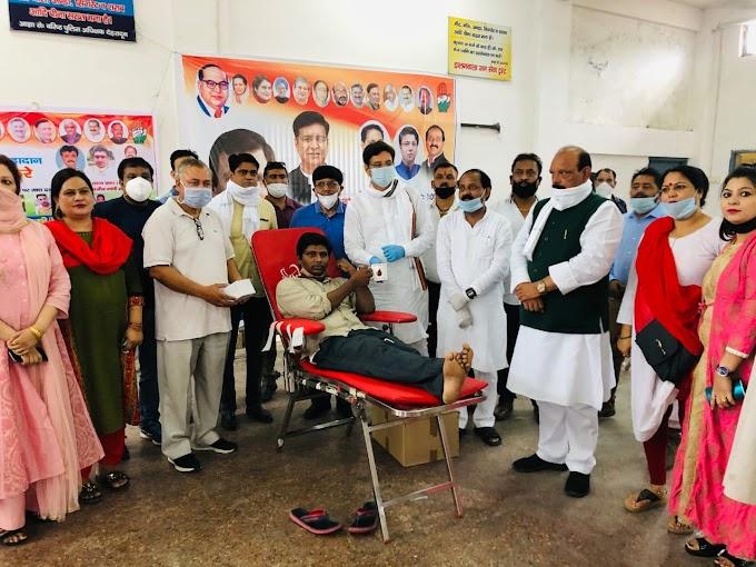 Rahul Gandhi's birthday was celebrated  मास्क, फल आदि का वितरण।