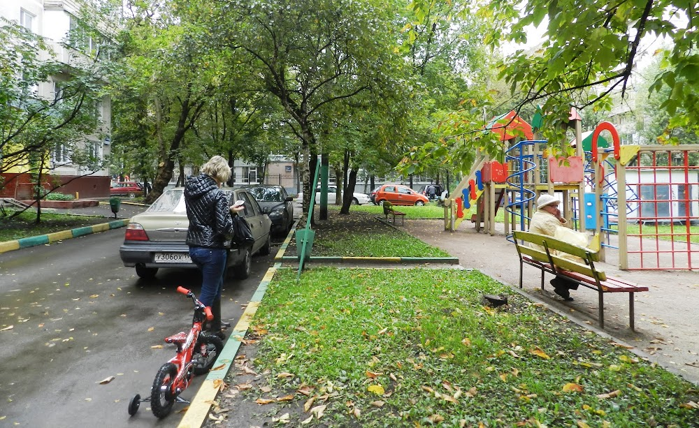 a nice playground outside my flat... trees are already losing their leaves in mid-September!