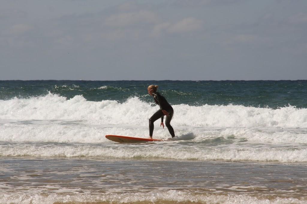Marieke Meijs op haar surfboard