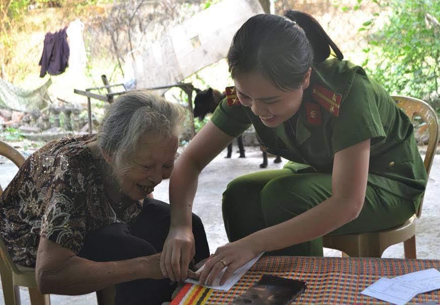 Hội viên Hội Phụ nữ Công an TP Vinh đến tận nhà làm thủ tục cấp CMND cho người già yếu