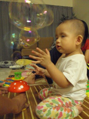 Sampai terpejam mata Aisya tengok bubble terbang