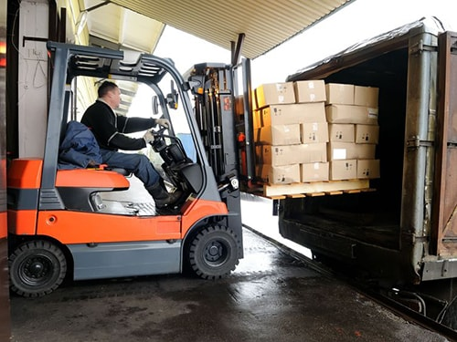Operario cargando un camión