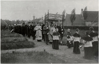 Photo: 1924 Sacramentsprocessie Princenhage (eerste sinds 275 jaar) op kerkhof, op weg naar het rustaltaar waar gebeden werd.