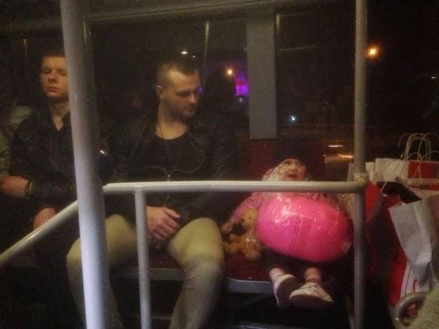 Kind mit Geschenk bekommt im Istanbuler Metrobus einen Sitzplatz angeboten