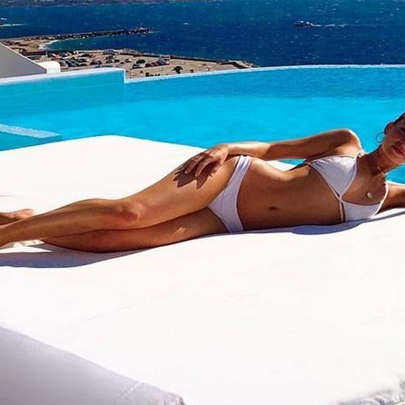 Marina Ruy Barbosa exibe curvas ao posar de biquíni na Grécia
