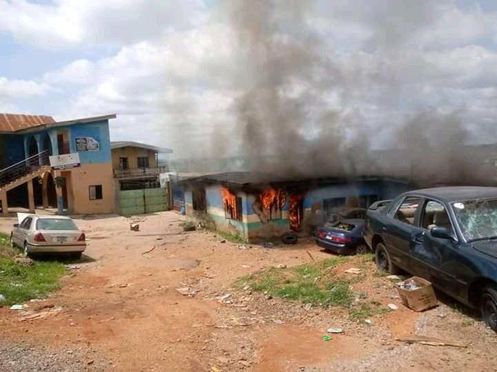 Alakara Police Station Set Ablaze In Lagos (Graphic Videos)