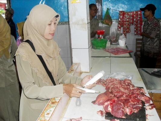 Berita foto video sinar ngawi terkini: jelang Idul fitri 1436 H, Disnak Ngawi jamin daging dipasaran layak konsumsi