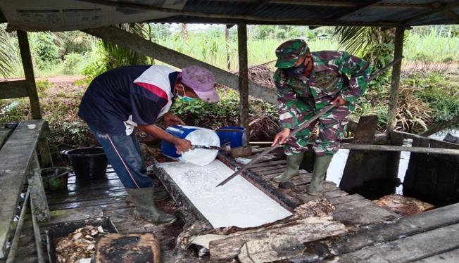 Eratkan Silaturahmi, Satgas TMMD Ke-111 Kodim 1207/Pontianak Komsos dan Membantu Petani Karet