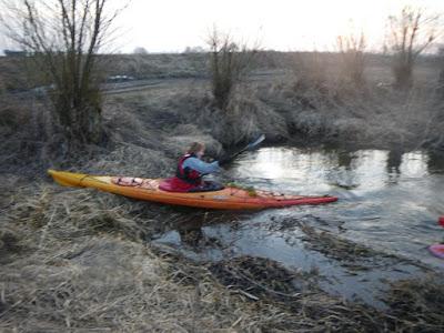 Znowu przeszkoda. Może nie uwierzycie ale spod tych krzaków wypływa rzeka (prawa odnoga Pilicy w Koniecpolu) która ma nas zaprowadzić wprost pod naszą kwaterę. To się nazywa logistyka1