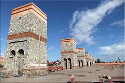 Puertas de los Siete Santos, frente a la estación